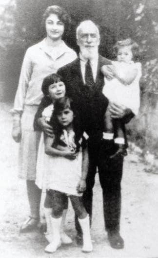 Sultan Abdul Majeed (29 Mei 1868 - 23 Agustus 1944), lalu Sunni Khalifah Islam dari Dinasti Ottoman, nominal Kepala 37 dari Ottoman Imperial House dari 1922 ke 1924. Tampil dengan Princess Durru Shehvar dan putri lainnya.