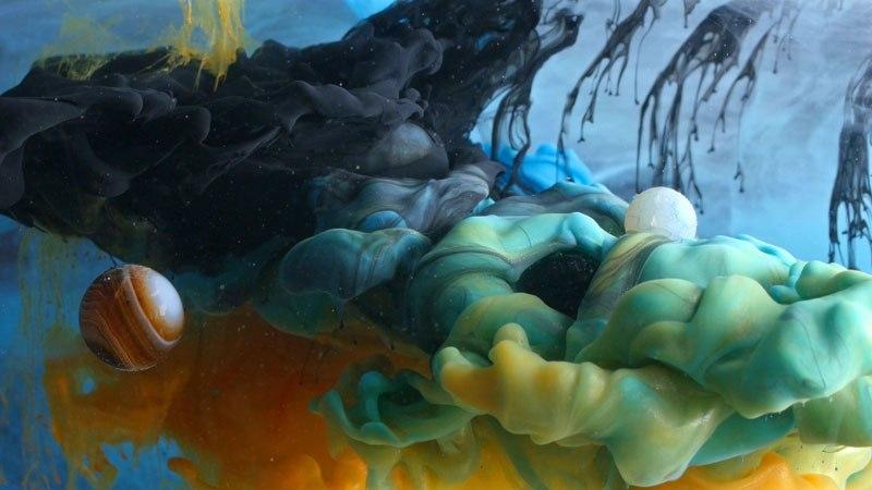 Tinta Warna Warni Disuntikkan ke Dalam Air