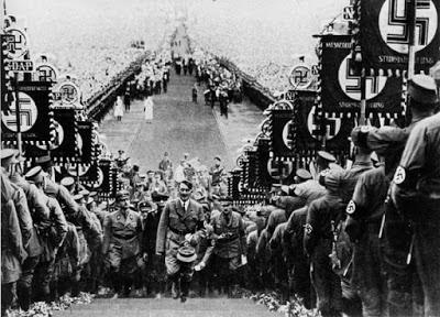 Hitler disambut para prajuritnya dengan menampilkan simbol Swastika khas Nazi