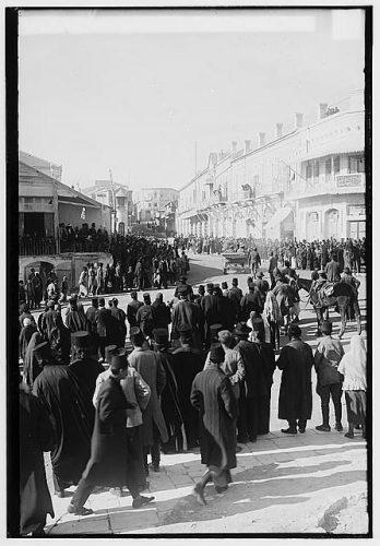 Penyerahan Yerusalem oleh Kekaisaran Ottoman ke Inggris, 9 Desember 1917. Inggris tiba di Jaffa Gate (gerbang utama masuk Yerusalem).