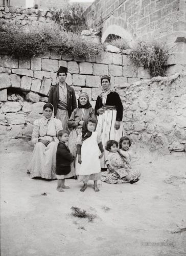 Pose foto sekeluarga di Nazaret Palestina tahun 1920